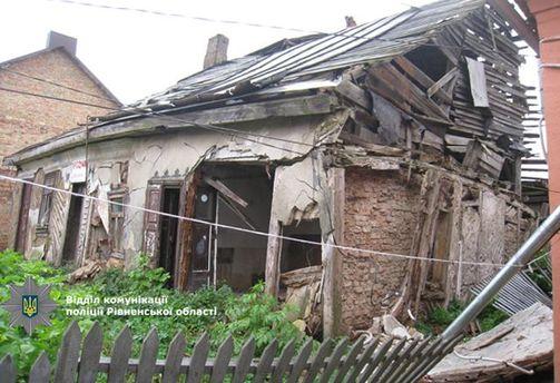 Аварійний будинок обвалився напенсіонерку на Рівненщині