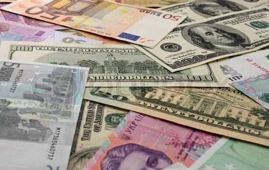 Євро продовжує падати