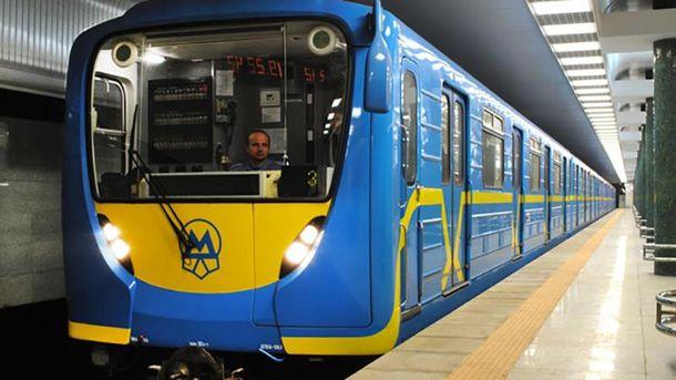 Пассажир метро упал нарельсы иостался живой, движение восстановили