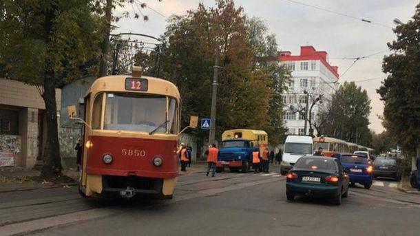 Трамвай протаранил столб вКиеве