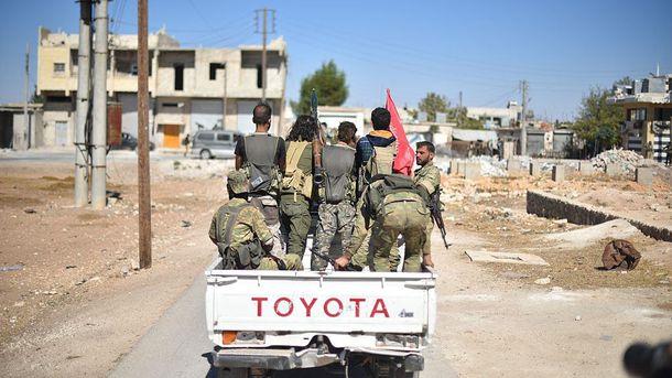 Бойцы Сирийской Свободной Армии въезжают в город Дабик