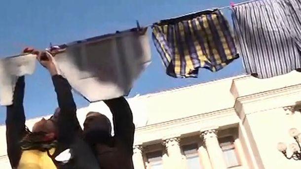Активісти розвісили білизну під Радою