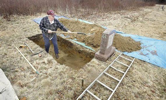 Мужчина копает могилу