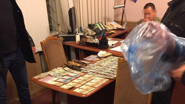 Военкома Тернопольщины подозревают вполучении взятки в300 тыс. грн.