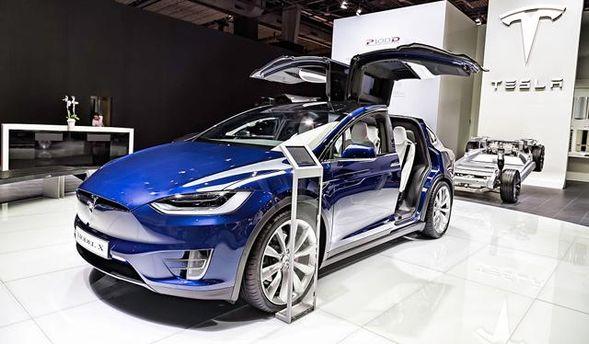 Неуспевают. Tesla перенесла поставки Model 3 на 2018г