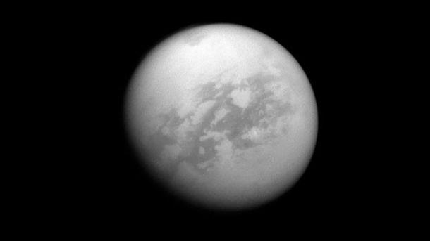Шестиугольный вихрь Сатурна поменял цвет