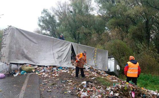 ВРовенской области перевернулся грузовой автомобиль сольвовским мусором