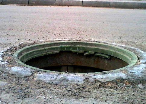 Чоловік провалився у каналізацію у Києві