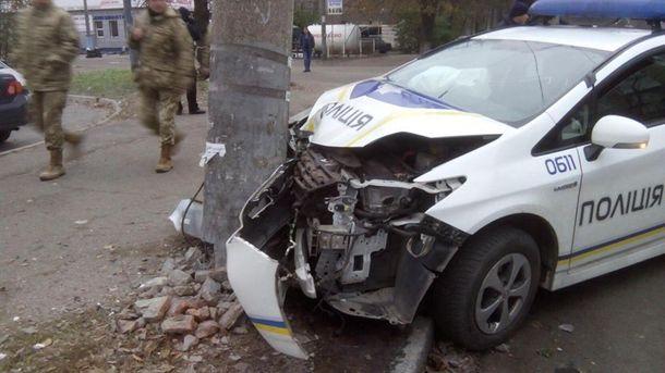 ВДнепре полицейский автомобиль врезался встолб