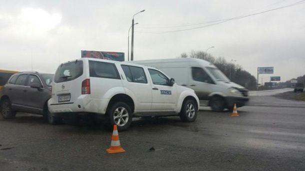 Навыезде изХарькова столкнулись две иномарки: есть пострадавшие