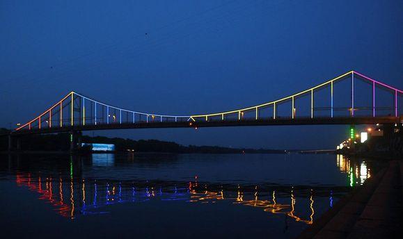 У Києві дівчина впала з мосту