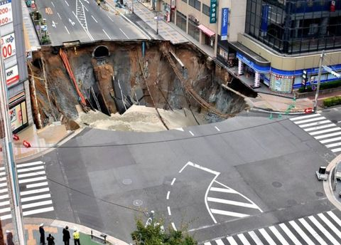 Вweb-сети интернет появилось видео обрушения дороги вЯпонии