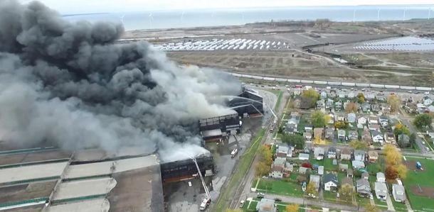 Вштате Нью-Йорк вспыхнул интенсивный пожар насталелитейном заводе