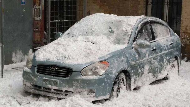 Вцентре столицы Украины снежная глыба искорежила машину
