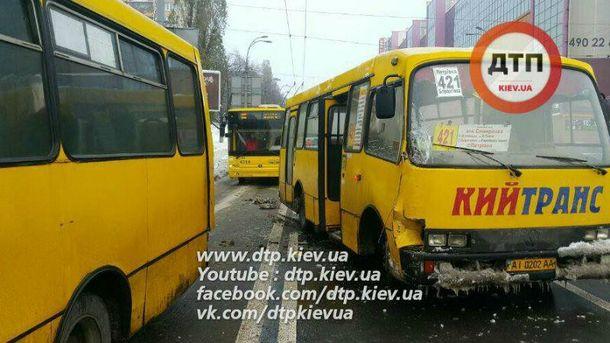 ВКиеве столкнулись маршрутки, есть пострадавшие: фото сместа ДТП