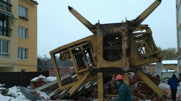 ВоЛьвове упал строительный кран: крановщик вреанимации