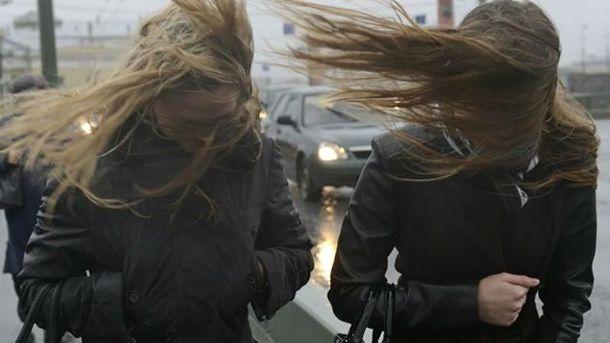 Сильні пориви вітру насуваютьcя на Київ