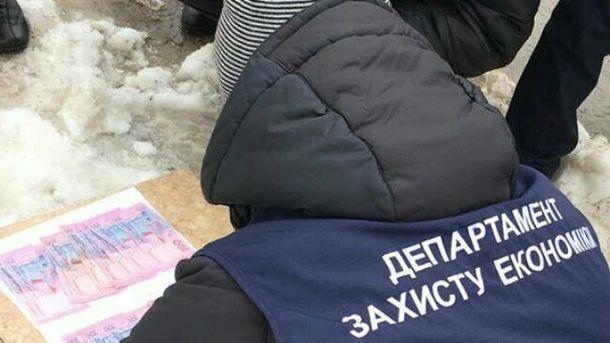 «Деньги наветер»: чиновник находу пытался освободиться отвзятки