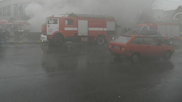 Cотрудники экстренных служб начали тушить пожар вцентре столицы Украины — спустя пару часов