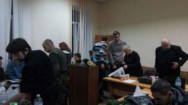 Митингующие провели ночь вШевченковском суде ипродолжают перекрыть зал заседаний
