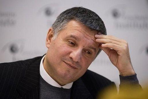 Аваков не хоче у відставку: фасадна демократія міністра внутрішніх справ