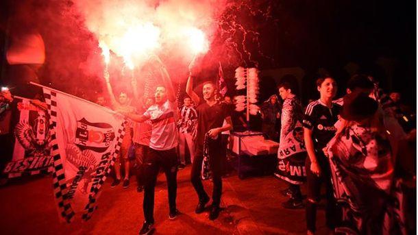 ВКиеве произошла драка между украинскими итурецкими фанатами