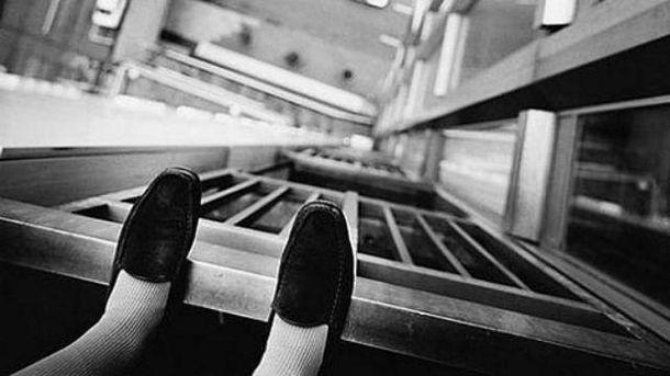 ВМариуполе несовершеннолетняя девушка выпрыгнула изокна, выполняя задание из социальных сетей