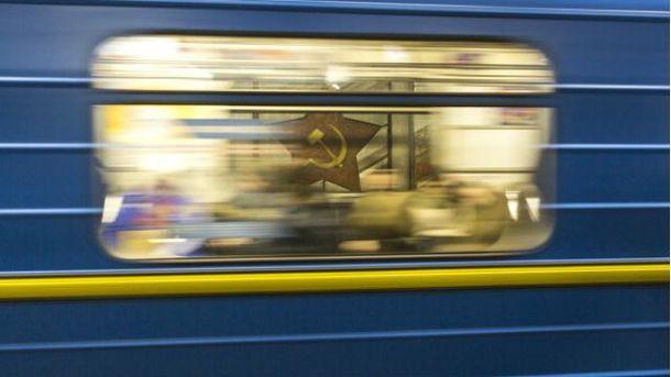 Вкиевском метро человек упал под поезд