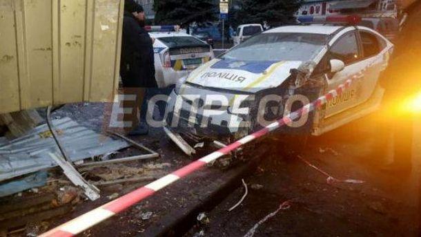 Полицейский Prius влетел вхлебный киоск