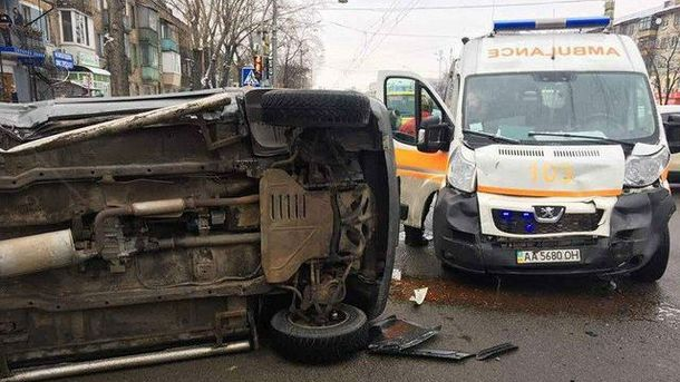 ВКиеве набульваре Перова столкнулись скорая и джип