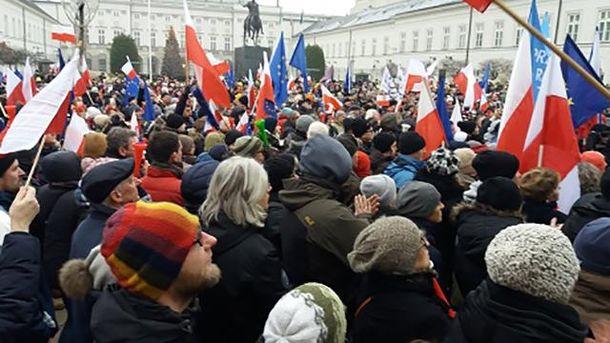 Упрезидентского замка вВаршаве проходит многотысячная акция протеста