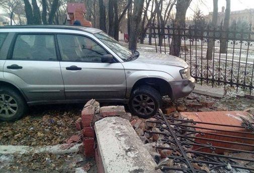 Водитель без прав въехал встену Одесской военной академии