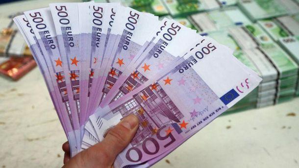 Наличный доллар вчетверг упал нашесть копеек
