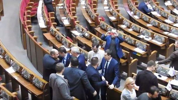 Последний внынешнем году рабочий день Рады закончился потасовкой депутатов