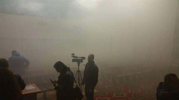 Радикалы забросили дымовую шашку всессионный зал райсовета вДнепре