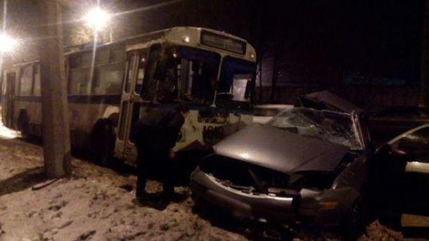 ВМариуполе столкнулись «Форд» итроллейбус. умер пассажир