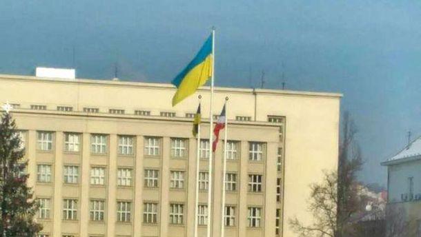 Над зданием Закарпатской ОГА вывесили сепаратистский флаг