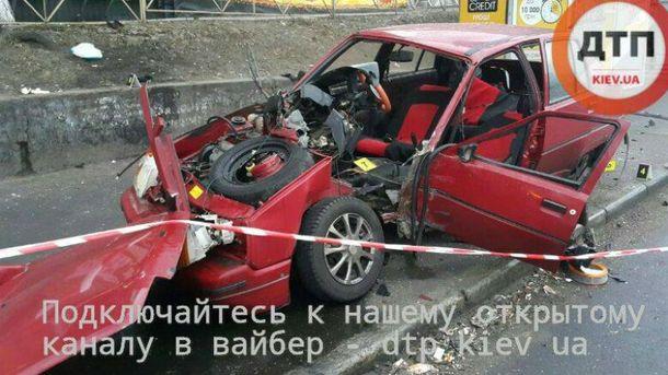 Смертельное ДТП вКиеве: врезавшийся встолб автомобиль разорвало начасти