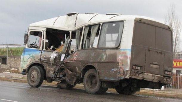 ВКрыму фургон  врезался врейсовый автобус, пострадали четверо