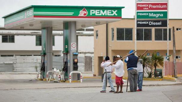 ВМексике участник акции протеста наавтомобиле протаранил полицейское оцепление
