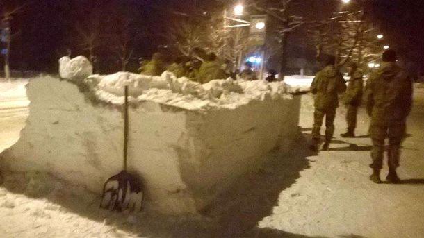 ВЖитомире украинские десантники сделали автобусную остановку изснега поприхоти офицера
