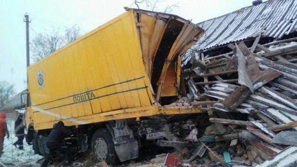 Вантажівка влетіла у будинок