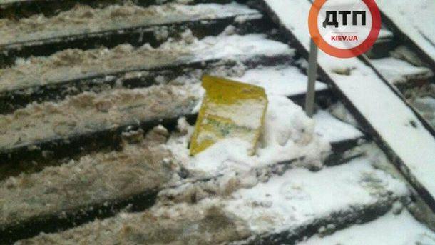 Девушка серьезно травмировалась из-за неубранного снега в Киеве