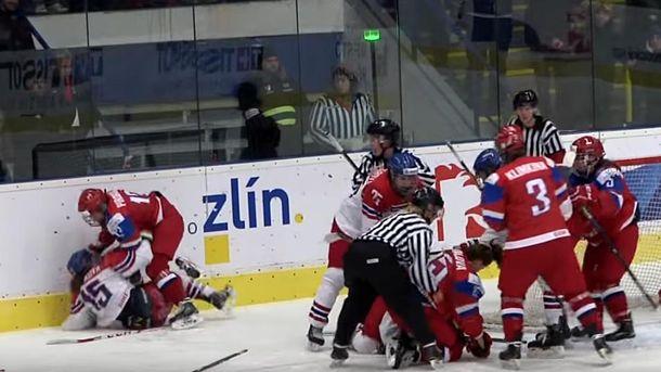 Хоккеистки молодежной сборнойРФ подрались ссоперницами начемпионате мира