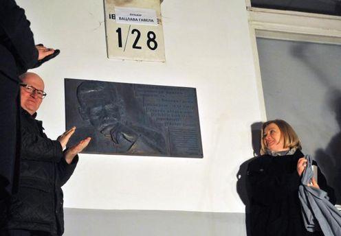 ВКиеве вандалы повредили мемориальную доску Вацлаву Гавелу