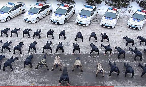 Флешмоб по-украински: «копы» устроили публичные отжимания вчесть «ветеранов АТО»