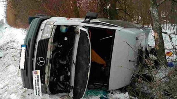 ВТернопольской области из-за гололеда перевернулся микроавтобус спассажирами
