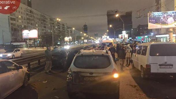 ВКиеве из-за дорожно-траспортного происшествия ссемью автомобилями перекрыт проспект Победы