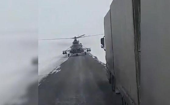 ВКазахстане военные посадили вертолет натрассу, чтобы спросить дорогу удальнобойщиков