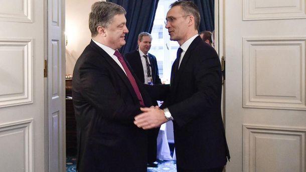 Порошенко сообщил генерального секретаря НАТО оситуации вДонбассе